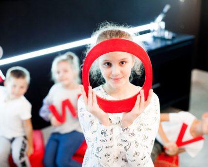 Dzieci biorące udział w programach edukacyjnych milickiego KOM