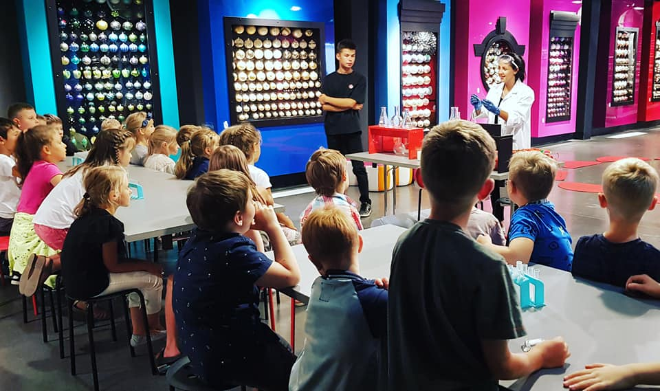 Zdjęcie przedstawia dzieci biorące udział w warsztatach i porgramach edukacyjnych milickiego KOM